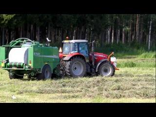 Супер трактор запаковывает сено в пакеты.